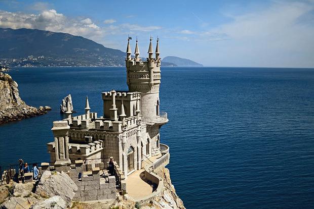 Оккупанты в Крыму разрушают уникальный дворец «Ласточнико гнездо»