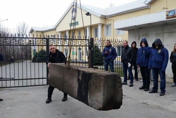 Активисты в Запорожье блокировали вход в «Сбербанк» бетонной плитой