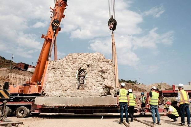 У Грузії цілком перенесли історичний пам'ятник - перську баню вагою 134 тонни