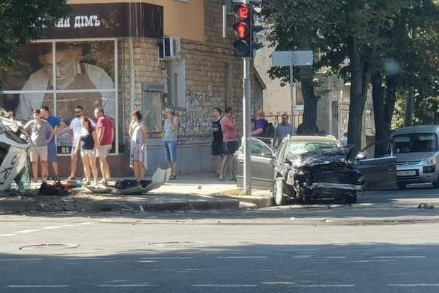 Много пострадавших: в Сумах полицейское авто врезалось в легковушку и смело пешеходов на тротуаре