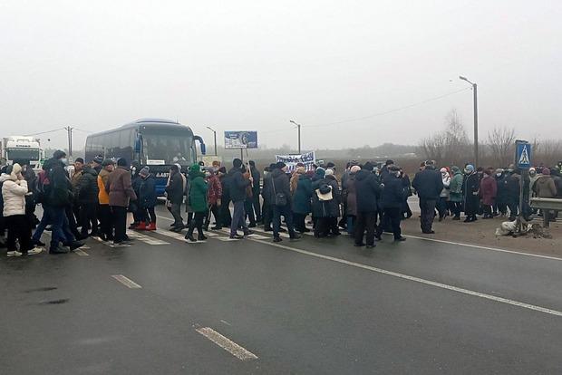 В Полтавской области люди перекрыли трассу Харьков-Киев, протестуя против высокого тарифа за транспортировку газа