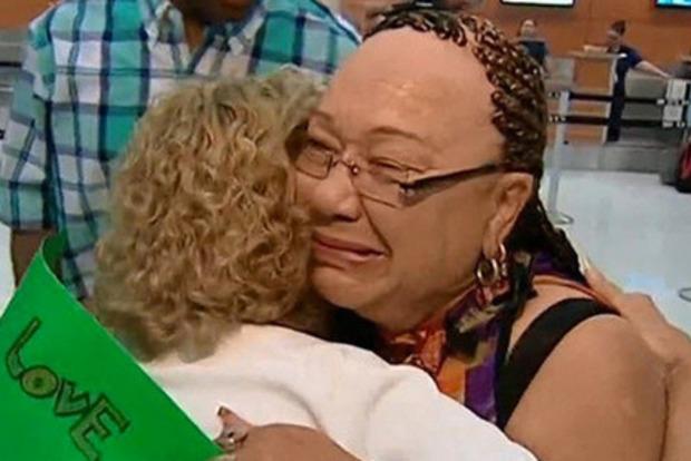 Біла жінка 70 років помилково вважала себе темношкірою