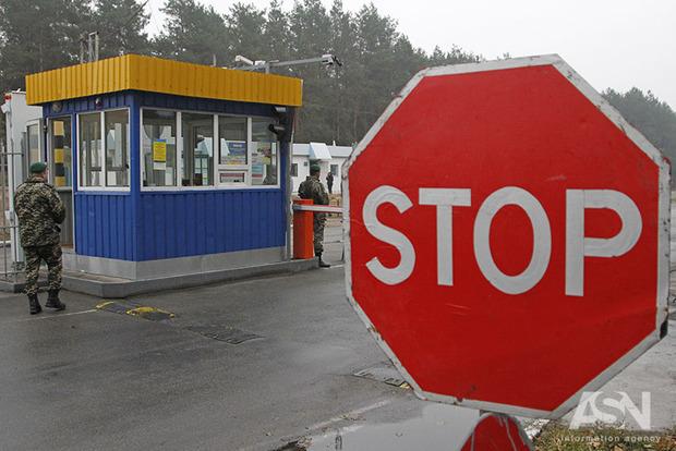 В пунктах пропуска на Донбассе стоит более 400 автомобилей