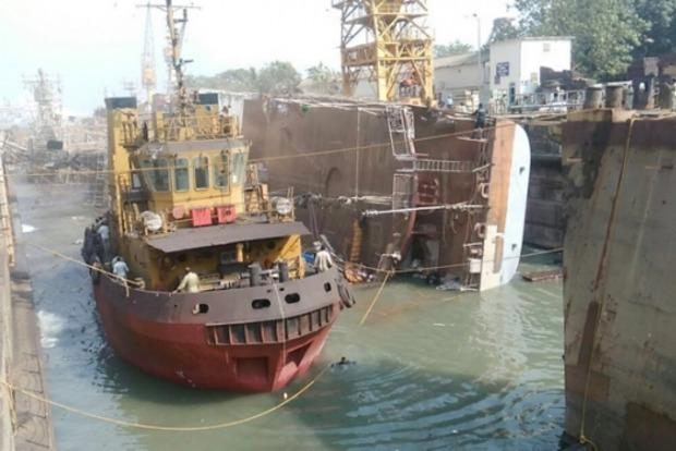 В Индии перевернулся корабль ВМС: 2 погибли, 14 ранены