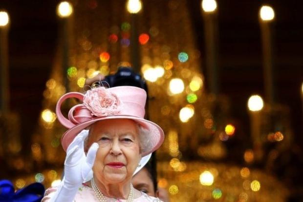 Улыбаемся и машем: у королевы Елизаветы отыскалась третья рука