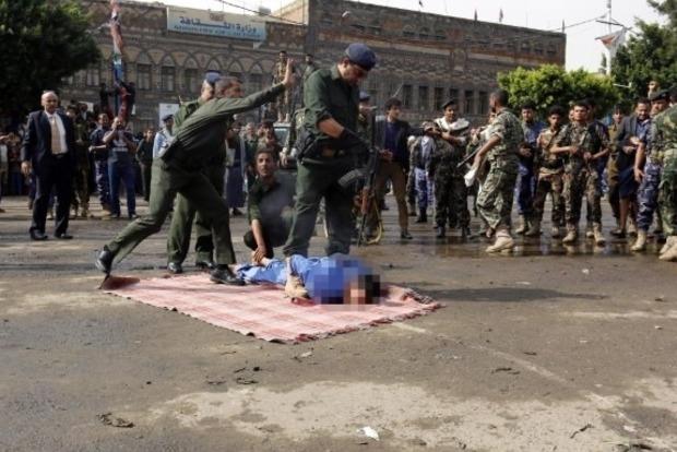 В Йемене публично казнили педофилов и вывесили тела на площади (18+)