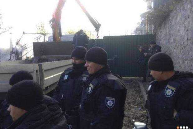 На Андреевском спуске в Киеве прозвучало три взрыва