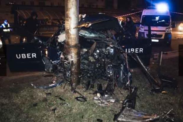В Киеве пьяный водитель такси Uber врезался в столб, пассажир в реанимации