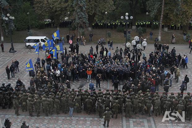 Под Радой Нацгвардия взяла в окружение митингующих, которые начали жечь фаеры