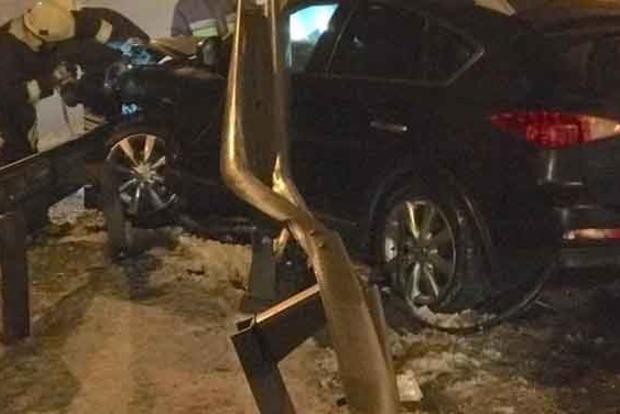 Водитель Infiniti чудом остался жив в результате ДТП под Киевом