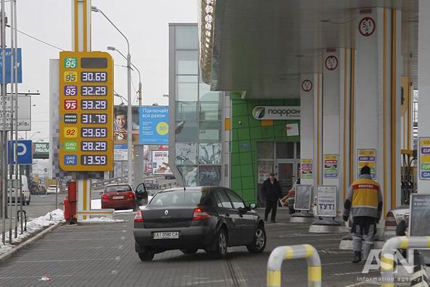Топливо на заправках продолжает дешеветь. Полный обзор цен в сетях Киева