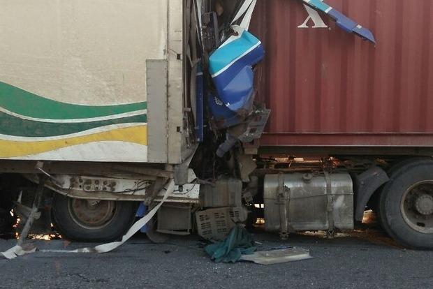 На трассе «Одесса - Киев» столкнулись фуры: водителя не могли вытащить из смятой кабины