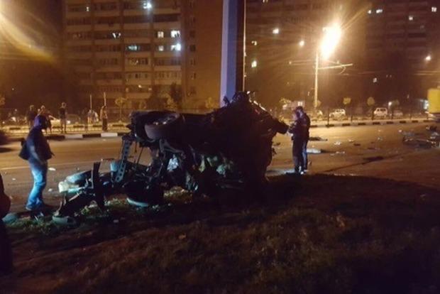 В Харькове трое студентов на Mercedes на бешеной скорости разбились о столб