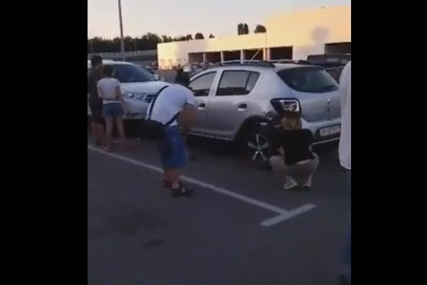Газонула от души. Харьковчанка на парковке возле магазина повредила шесть авто