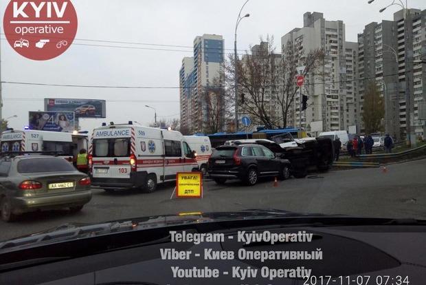 УКиєві маршрутка протаранила позашляховик і перекинулася