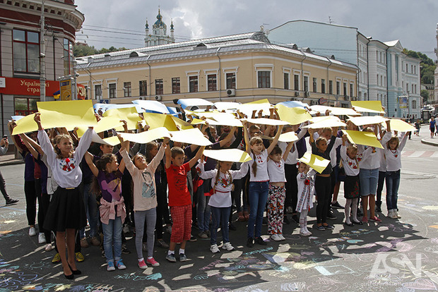 Дети в Киеве подняли к небу Флаг Украины в память о погибших в АТО воинах