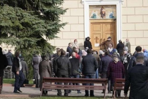 Имейте же совесть! Троих священников оштрафовали за толпы верующих на Вербное воскресенье