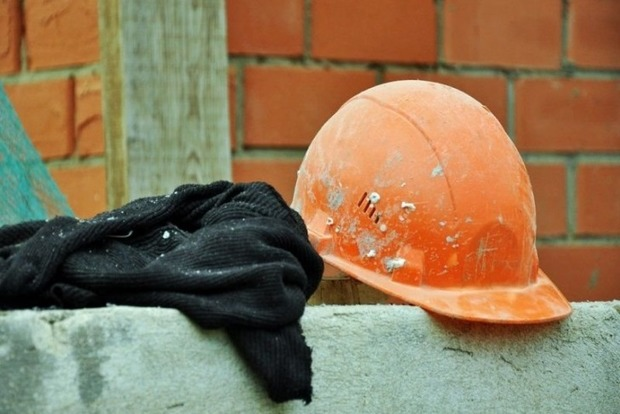 Во Львове пьяный строитель упал с высоты и сломал позвоночник
