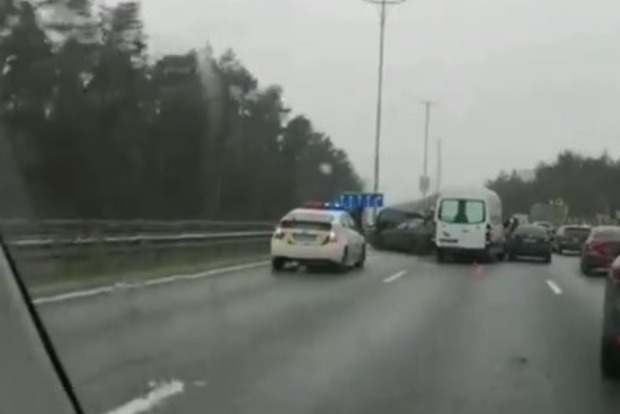 Под Киевом произошло масштабное ДТП: разбились девять машин