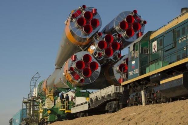 Ракета-носитель «Союз ФГ» с кораблем «Союз МС» установлена на стартовой площадке (видео)