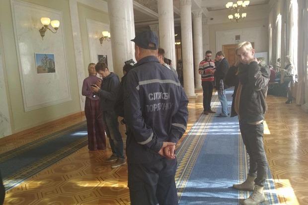 В Верховной Раде перерыв из-за задымления, вызвали пожарных