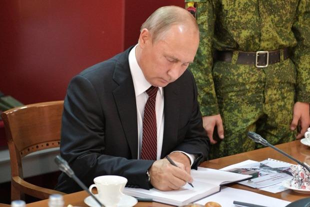 Путин уволил с должностей 15 генералов