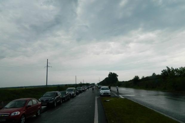 На пунктах пропуска в зону АТО очереди около 700 авто