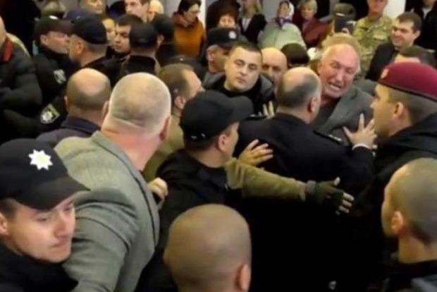 В горсовете Конотопа случилось побоище между сторонниками и противниками мэра