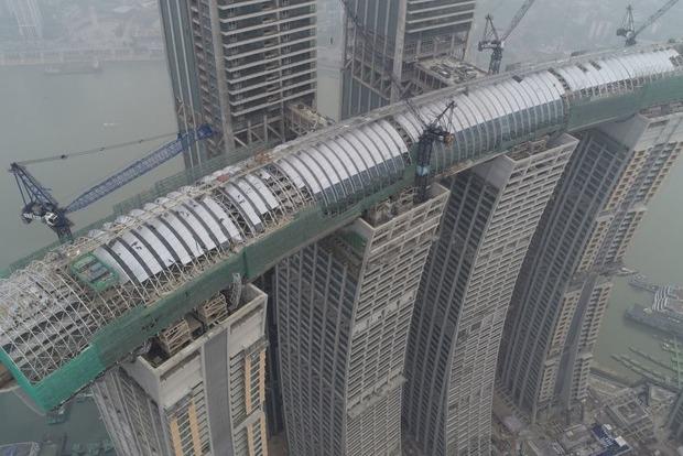 В Китае возвели парящий в небе горизонтальный небоскреб