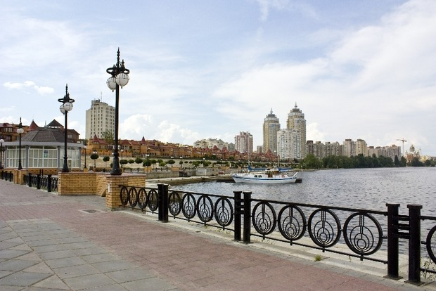 Автохам на авто піднімався сходами на Оболонській набережній у Києві