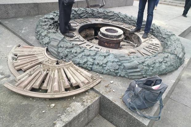 Вандалы залили цементом мемориал «Вечный огонь» вКиеве
