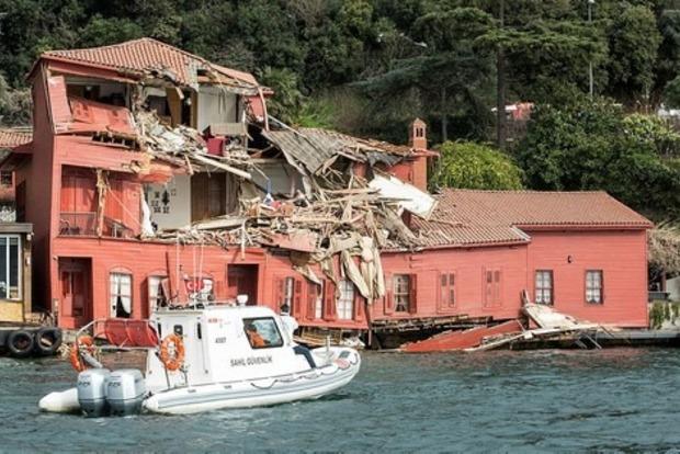 В Стамбуле танкер протаранил старинный особняк на берегу Босфора