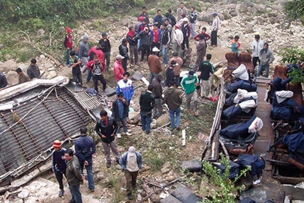 В горах Непала перевернулся пассажирский автобус: погибло 13 человек, 26 ранены