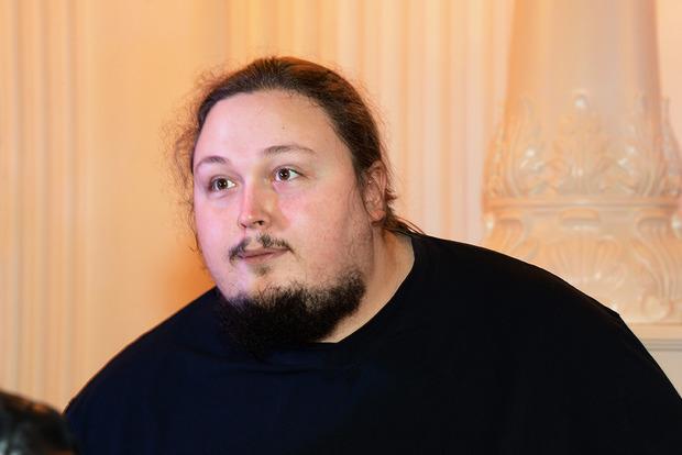 Снесли дверь: 200-килограммовый сын Никаса Сафронова застрял в туалете самолета