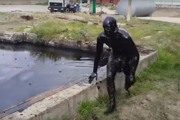 Россиянин, нырнувший в мазут, чуть не умер, но стал звездой интернета