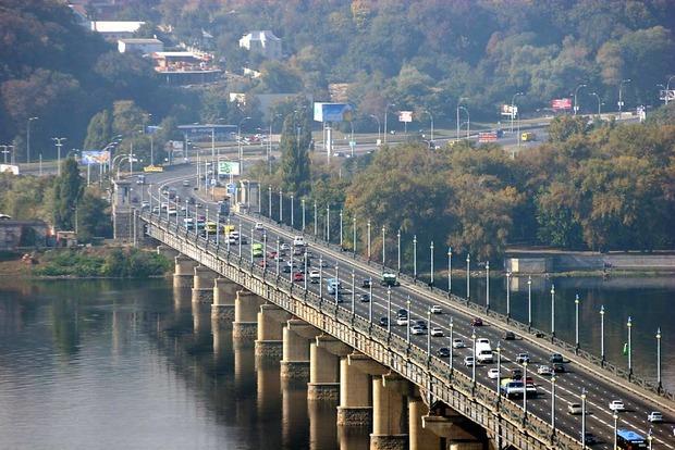В Киеве на неделю ограничат движение по мосту Патона