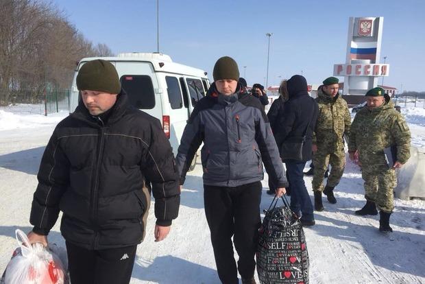 Освобожденные пограничники встретились в Киеве с родственниками
