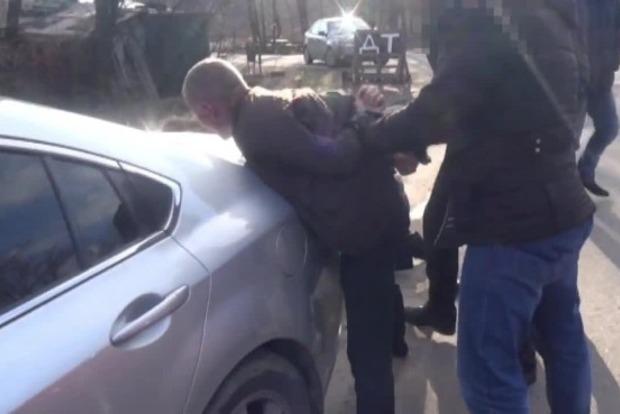 В Запорожской области полицейский пытался торговать наркотиками