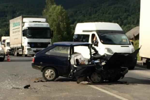 Смертельное ДТП на трассе Киев - Чоп: Mercedes подрезал Citroen, но досталось больше всех Таврии