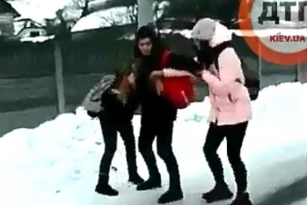 Ногами по голове. Под Киевом школьники жестоко избили девятиклассницу (18+)
