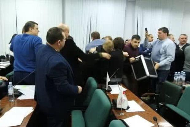 Депутаты горсовета Луцка устроили драку на ночном заседании