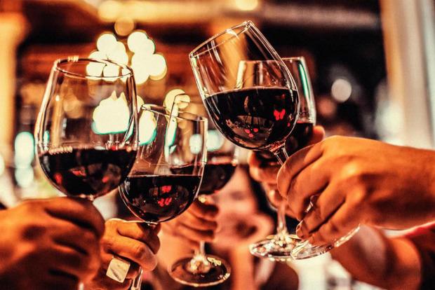 Почему нельзя пить за будущее, обновлять и надо сначала наливать себе. Алкогольные приметы