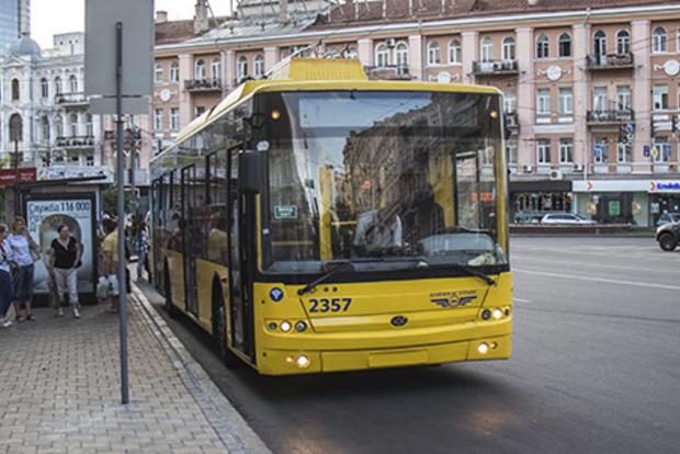 Заліз на тролейбус і впав під колеса. У Києві постраждав черговий екстремал