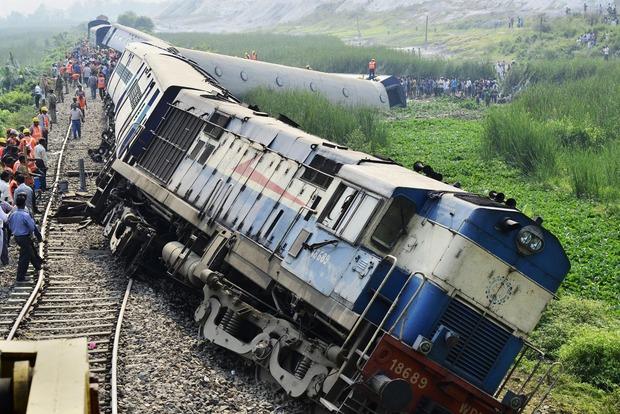В Индии скоростной поезд столкнулся с самосвалом, десятки пострадавших