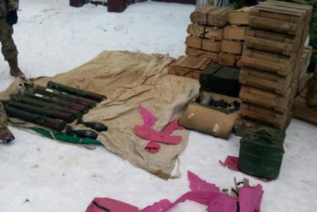 Около Курахово обнаружен крупный тайник с оружием и боеприпасами