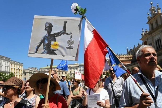 Поляки и ЕС недовольны попытками правящей партии