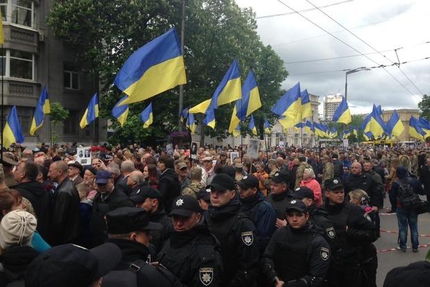 В Киеве задержали двух человек за баннер с георгиевскими лентами