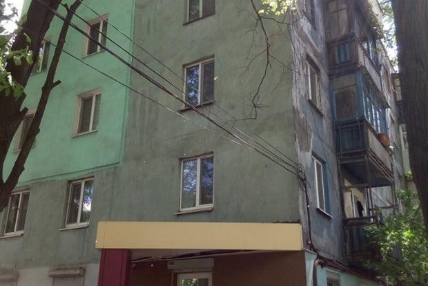 В Днипре маленькая девочка выпала из окна 5-го этажа, жизнь ей спас козырек над входом