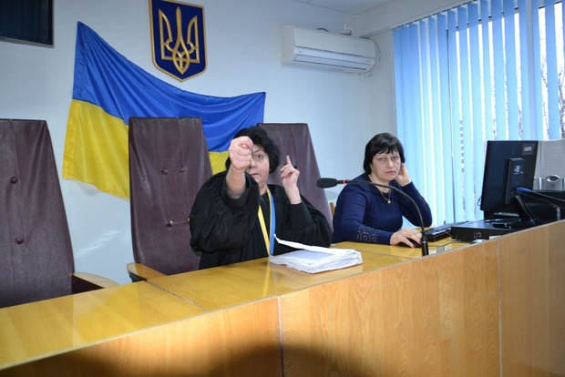 Как мгновенно стать мемом. Судья в Запорожской области скрутила адвокату дулю