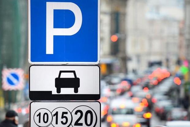 В Киеве устроят эксперимент с парковками. Дорого и по безналу